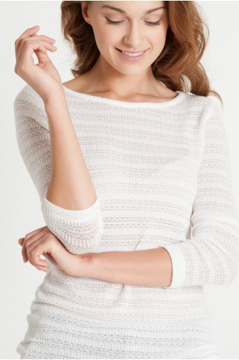 Sweter z ażurowym splotem.