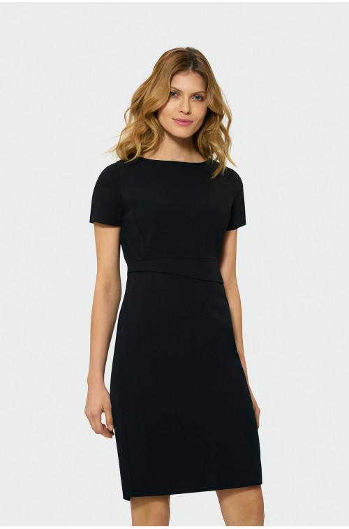 Sukienka z ozdobnym pasem
