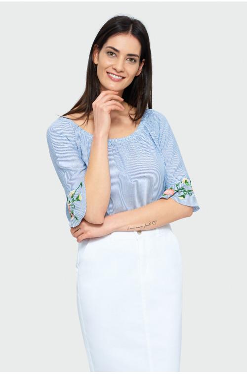 Błękitna bluzka typu carmen