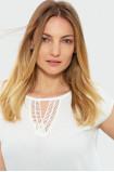 Biała bluzka z ozdobnym dekoltem