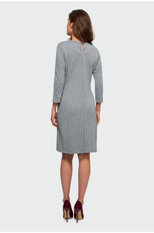 Sukienka o prostym kroju w kratę