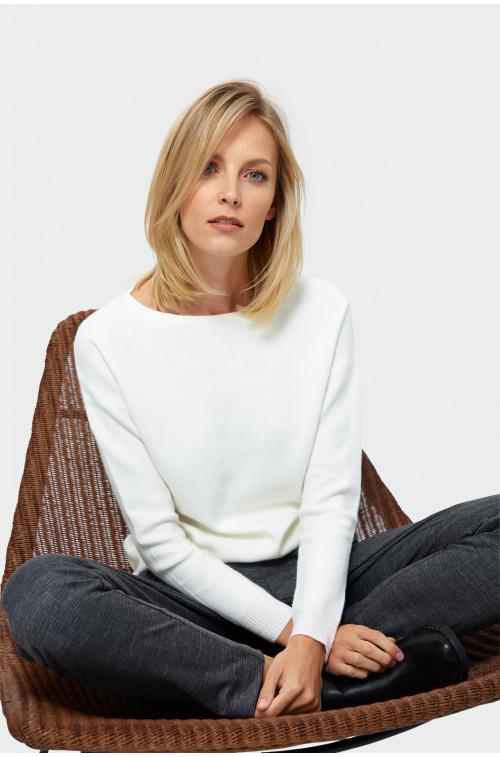Sweter o luznym kroju