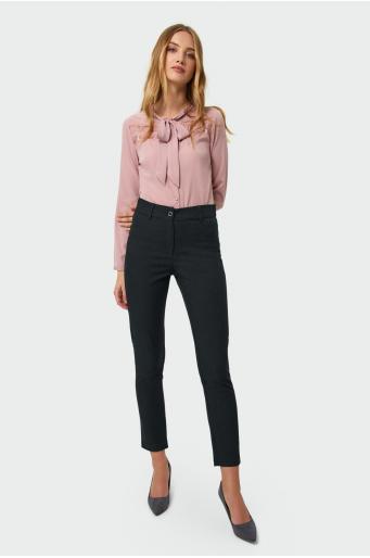 Klasyczne spodnie o prostym kroju