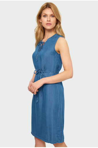 Sukienka z dekoracyjnym rozcięciem