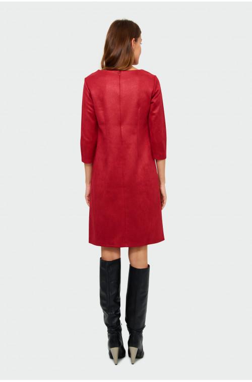 Sukienka o prostym kroju z dekoracyjnym elementem przy dekolcie