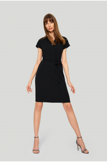 Sukienka o prostym fasonie, pasek z talii