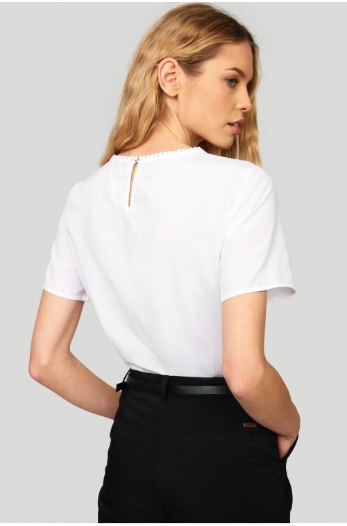 Elegancka bluzka z ozdobnymi taśmami