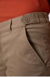 Bawełniane spodnie typu chino z ozdobnym detalem w pasie