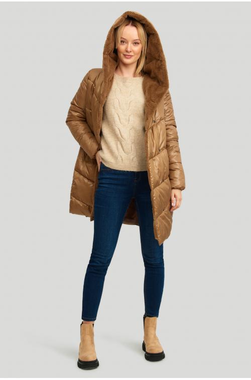 Pikowana kurtka z kapturem wyłożonym futrem