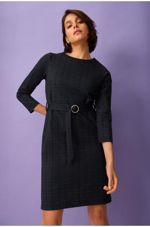 Sukienka w kratę z paskiem w talii