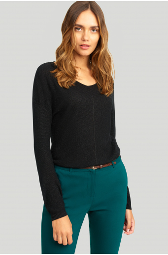 Sweter z połyskującą nitką i ozdobnym przeszyciem na plecach