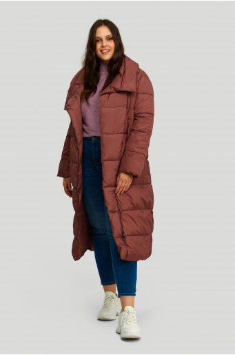 Długi pikowany płaszcz ze stójką i asymetrycznym zapięciem